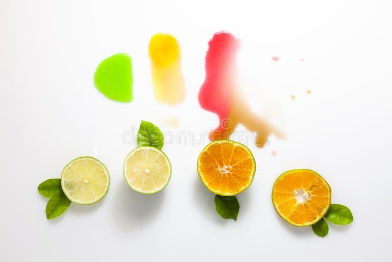 Известка и оранжевый плодоовощ на белой предпосылке стоковые фотографии rf