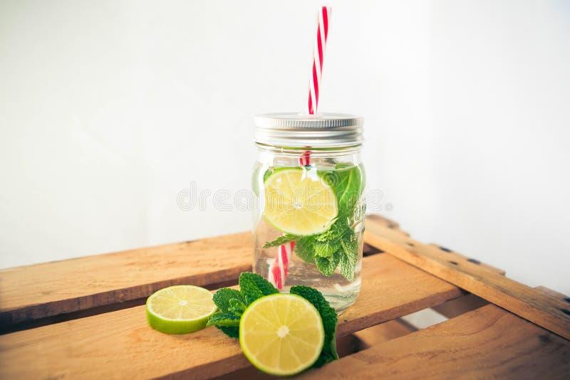 Известка Limonade мяты на деревянной коробке стоковое фото rf