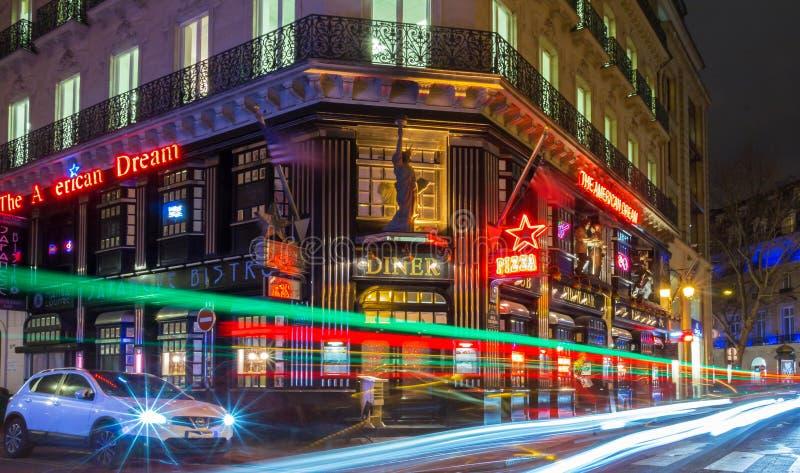 Известная американская мечта ресторана на ноче, Париже, Франции стоковые фото