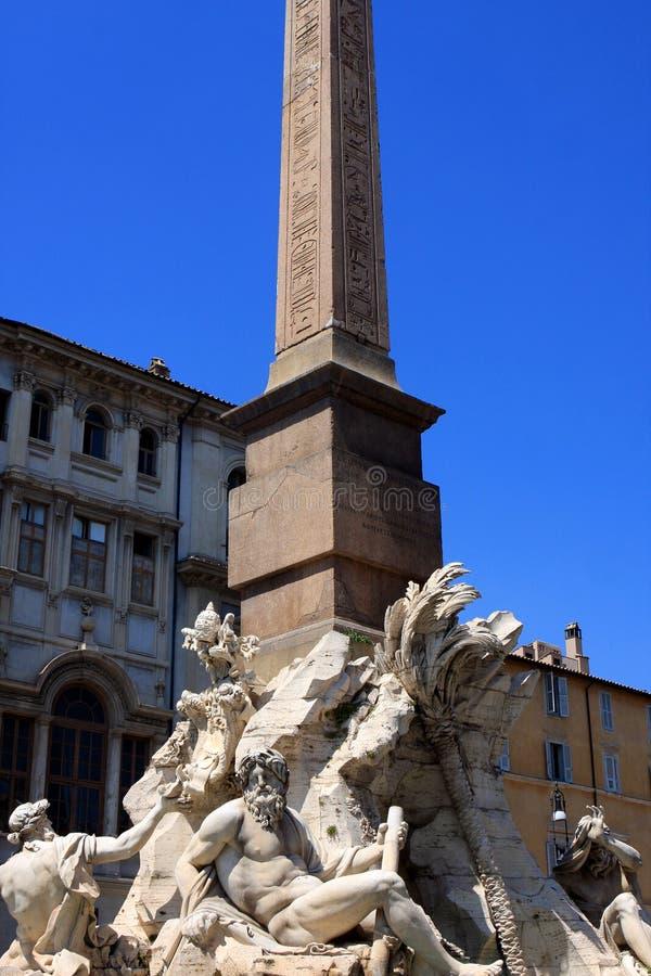 известная аркада rome обелиска navona Италии фонтана стоковые изображения