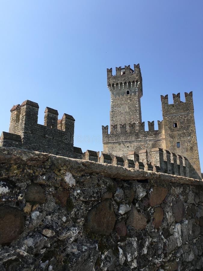 Известная башня в Sirmione стоковые изображения rf