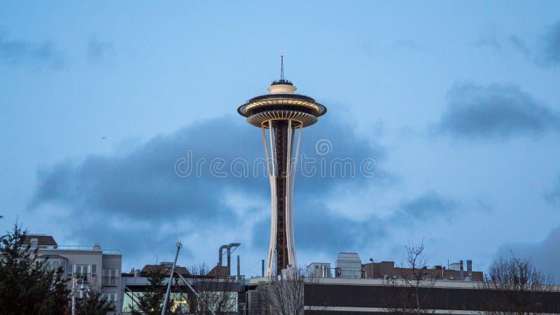 Известная башня иглы космоса Сиэтл среди жилых домов поздно вечером стоковые изображения