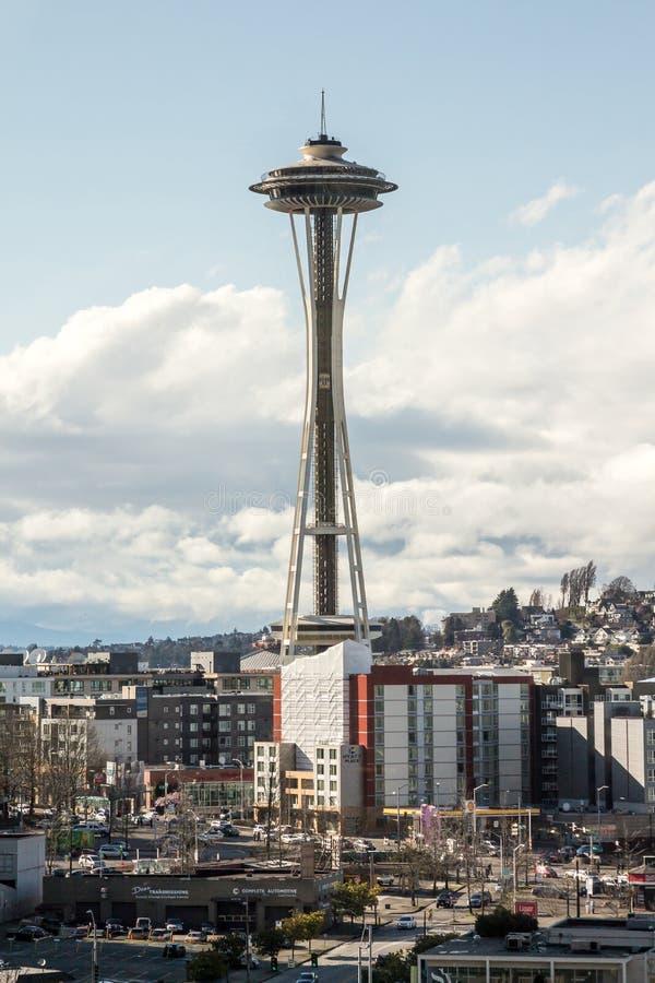 Известная башня иглы космоса Сиэтл среди жилых домов стоковая фотография