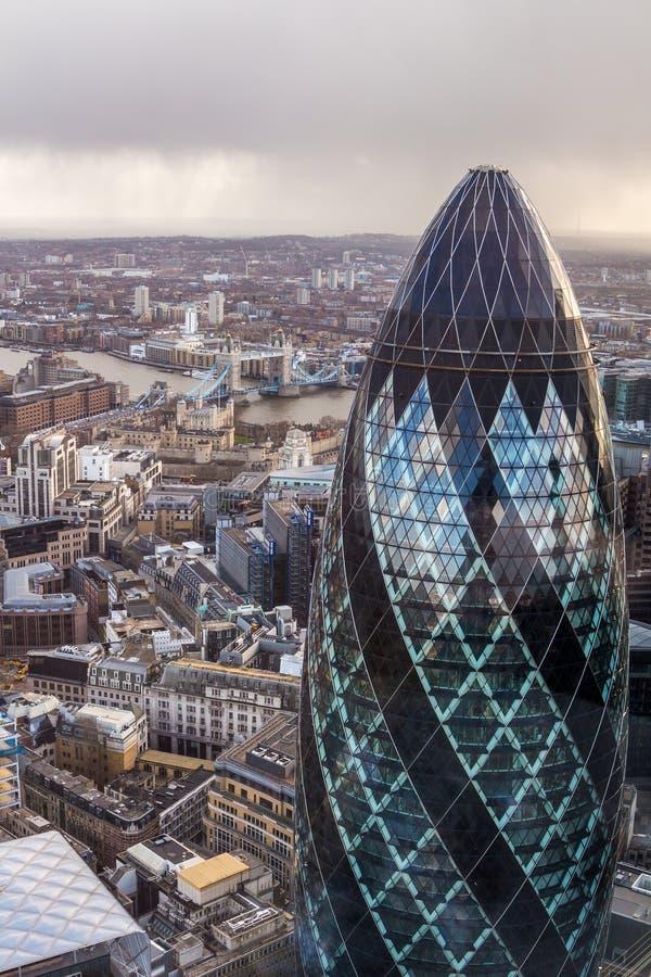 Известная башня корнишона Лондона с мостом башни на предпосылке стоковые изображения