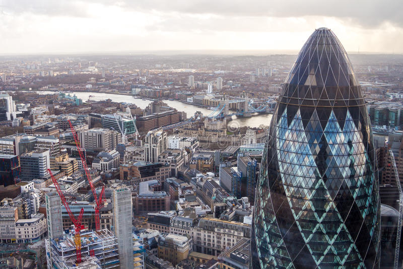 Известная башня корнишона Лондона с мостом башни на предпосылке стоковое изображение rf