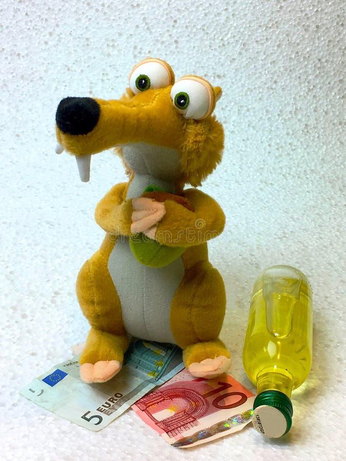 Известная белка фильма с деньгами и бутылкой алкоголя, от ледникового временени стоковое фото rf