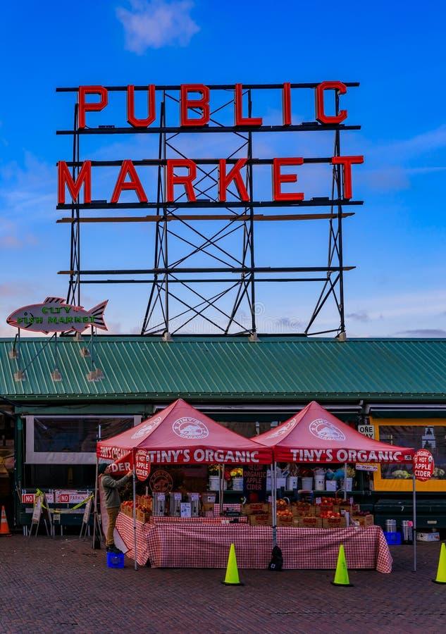 Известная неоновая вывеска рынка места Pike с голубым небом на заднем плане и поставщиком стоковые фото