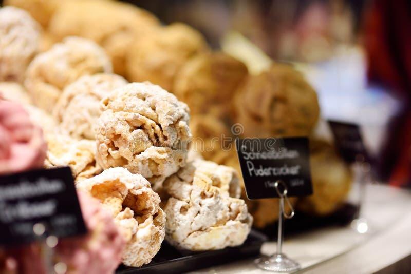 Известное баварское печенье - снежный ком Конфета, печенье и пряник в кондитерскае стоковые фотографии rf