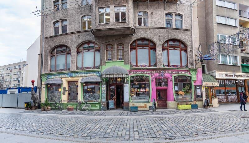 Известное историческое здание на Wroclaw со скульптурой dragonfly и крокодила o стоковые изображения rf