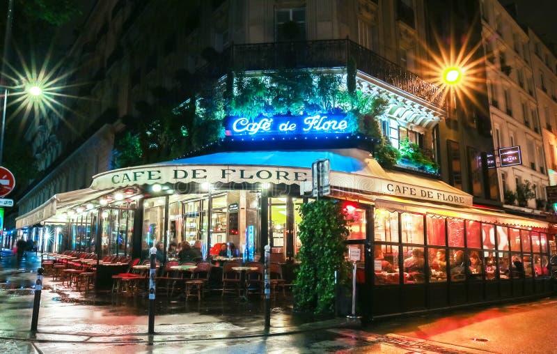 Известное кафе de Flore на ненастной ноче, Париж, Франция стоковые фото