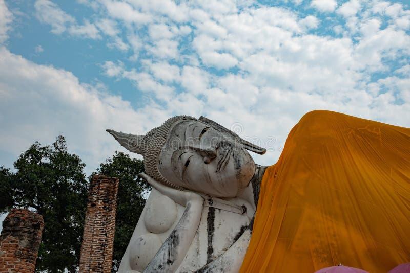 Известное место в Таиланде & x28; Висок Khuninthapramun, большая возлежа статуя  стоковое изображение rf