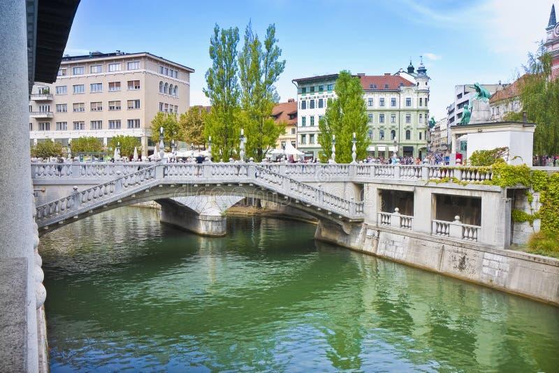Известное ` моста тройки ` в центре города Любляны реки Ljubljanica - Словении - Европе - люди не узнаваемый стоковая фотография rf