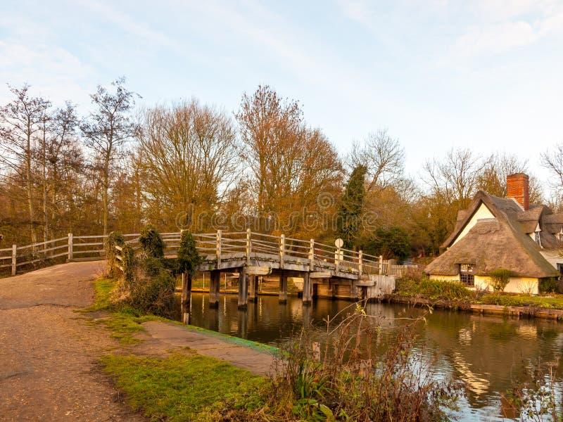 Известное река суффолька мельницы flatford деревянного моста отсутствие плитки людей стоковая фотография rf