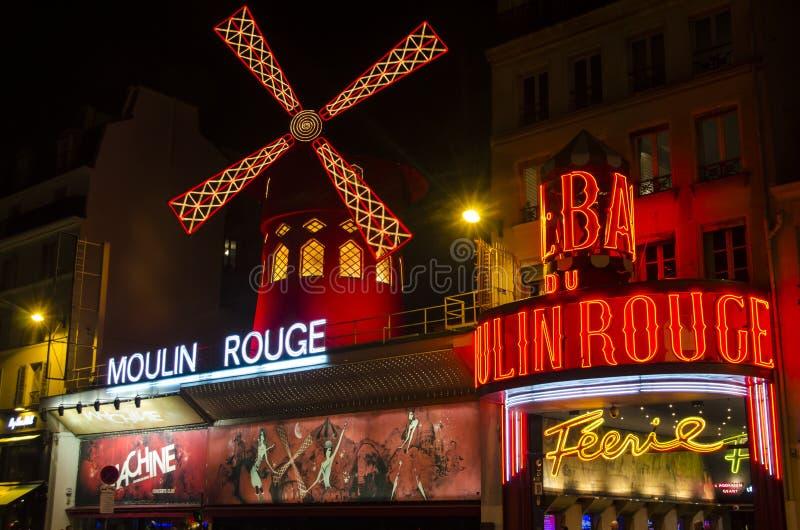Известное румян Moulin в Париже стоковые фото