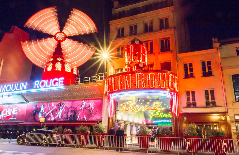 Известное румян Moulin кабара, Париж, Франция стоковое изображение
