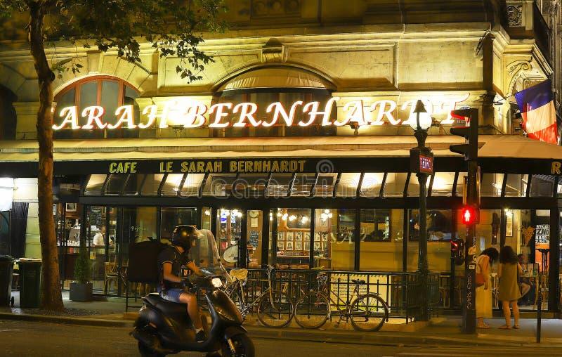 Известное французское кафе Сара Bernardt на ноче, Париж, Франция стоковое фото rf
