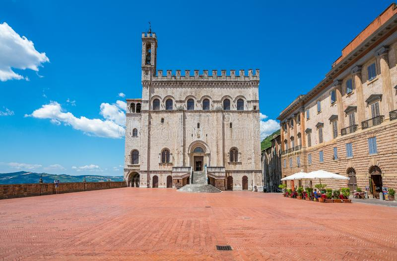 Известное dei Consoli Palazzo в Gubbio, средневековом городке в провинции Перуджа, Умбрии, центральной Италии стоковое фото rf