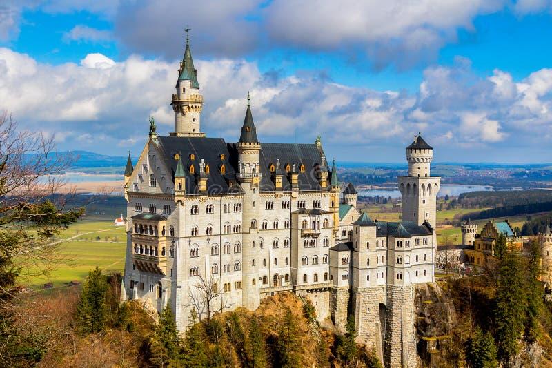 Известные горы и деревья Альпов замка Нойшванштайна на заднем плане Бавария fussen Германия стоковые изображения