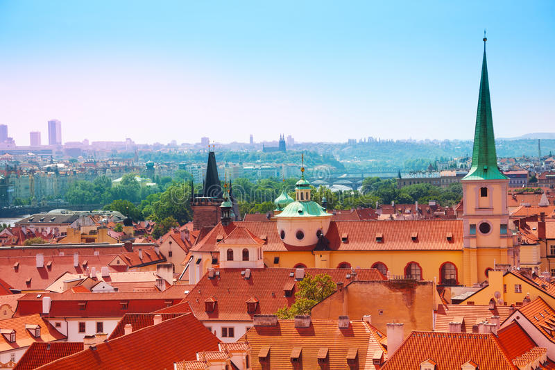 Download Известные крыши красной плитки в Праге, чехии Стоковое Фото - изображение насчитывающей prague, европа: 40580254