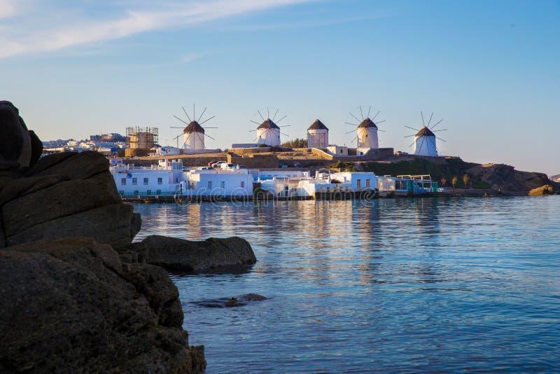 Известные мельницы на острове Mykonos и городке Mykonos стоковые фото
