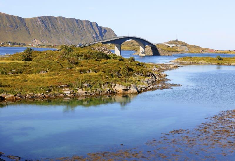 Известные мосты fredvang в осени с горами в backgrond и красивым голубым фьордом в переднем плане, lofoten острова, Норвегия стоковые изображения