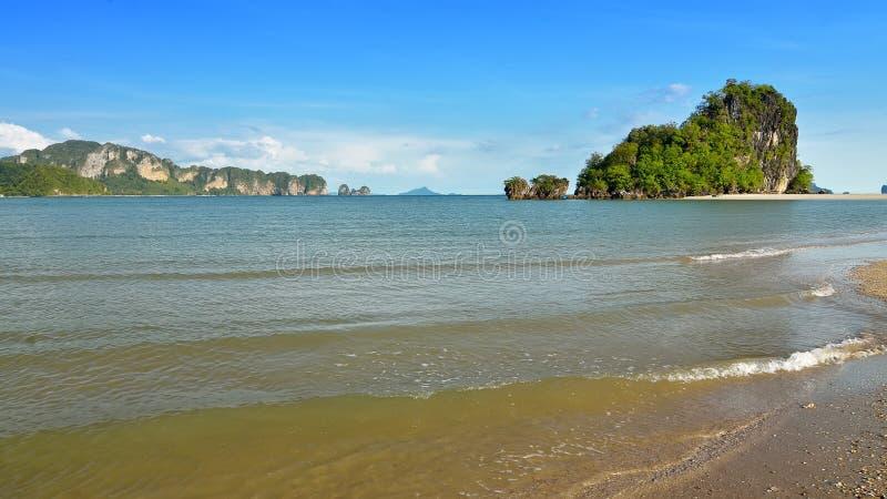 Известные скалы известняка залива Krabi обозревая широкий песчаный пляж с западного побережья стоковые изображения