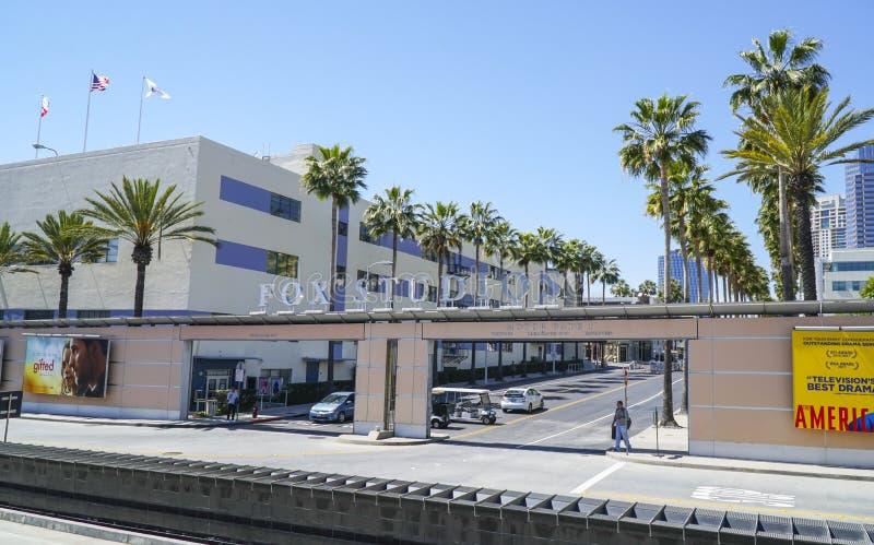 Известные студии Fox в городе Лос-Анджелесе - ЛОС-АНДЖЕЛЕСЕ - КАЛИФОРНИИ - 20-ое апреля 2017 столетия стоковое фото