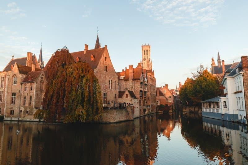 известные традиционные старинные здания и башня отразили в канале, Брюгге, Бельгии стоковое фото rf