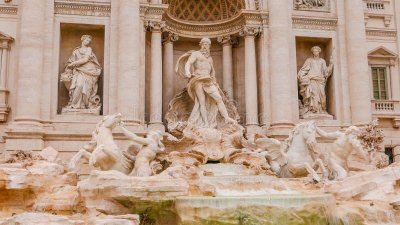 Download Известные фонтаны Trevi в Риме - огромной туристической достопримечательности Стоковое Фото - изображение насчитывающей городок, туризм: 81808916