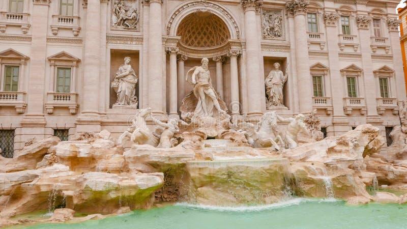 Download Известные фонтаны Trevi в Риме - огромной туристической достопримечательности Стоковое Изображение - изображение насчитывающей ведущего, городок: 81808951