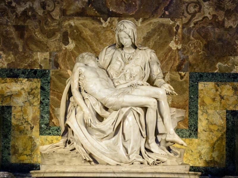 Известные Pieta или плач Христос скульптура Микеланджело Buonarroti в соборе St Peter в Ватикане стоковые изображения