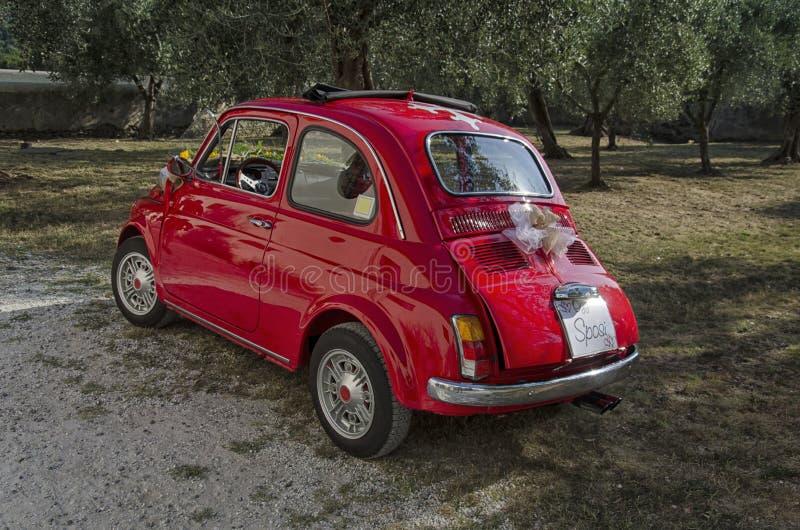 Известный автомобиль 500 украшенный для свадьбы стоковая фотография