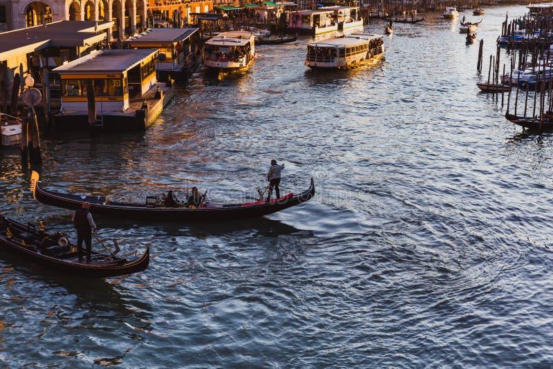 Известный большой канал от моста Rialto на заходе солнца в Венеции, Италии стоковое фото
