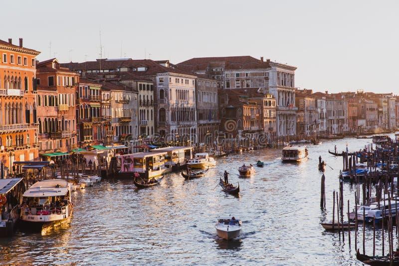 Известный большой канал от моста Rialto на заходе солнца в Венеции, Италии стоковое изображение rf