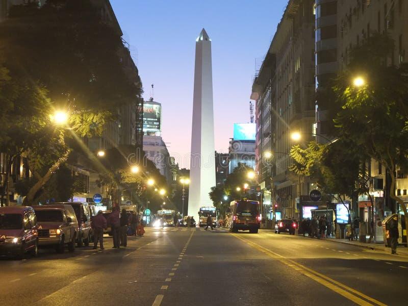 Известный бульвар в Буэносе-Айрес стоковые фотографии rf