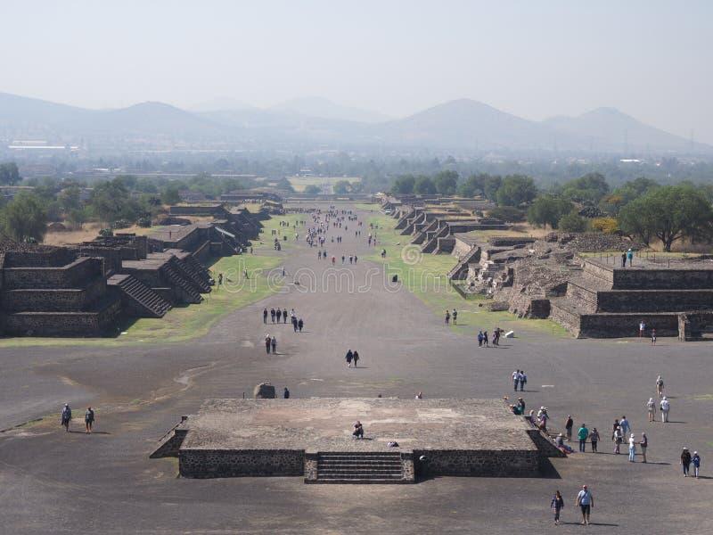Известный взгляд к бульвару умерших с пирамидами на руинах Teotihuacan около ландшафта Мехико стоковые изображения rf