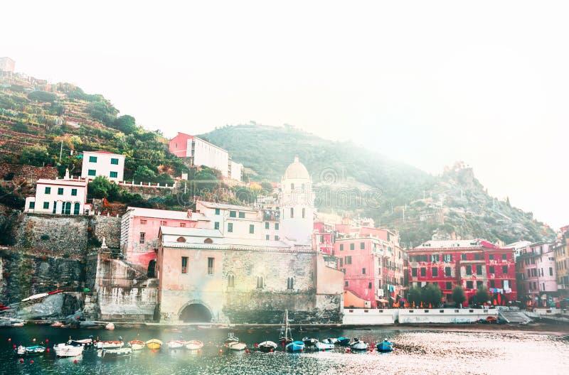 Известный взгляд terre во взгляде восхода солнца раннего утра, красочных домов Италии Cinque городка Vernazza старого традиционно стоковые фотографии rf