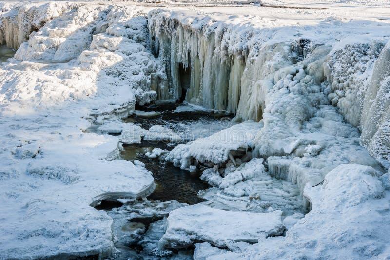 Известный водопад в Эстонии Падение Keila-Joa Schloss Отчасти замороженный водопад к зима стоковые фотографии rf