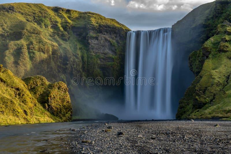 Известный водопад Skogafoss на реке Skoga Исландия, Европа стоковые изображения rf