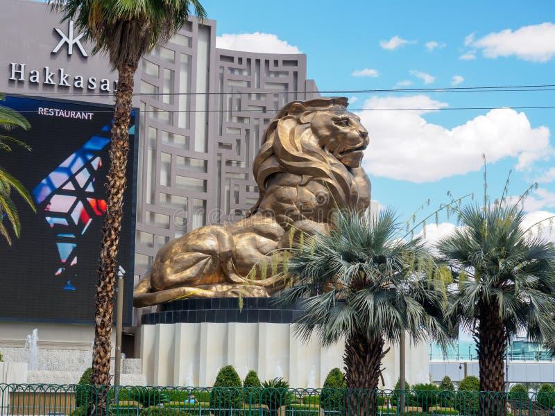 Известный, гигантский золотой лев вне гостиницы Эм-Джи-Эм Гранда и казино на прокладке Лас-Вегас стоковое изображение