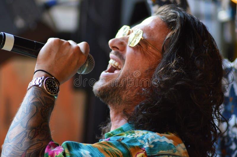 Известный голландский рэппер Kraantje Pappie в реальном маштабе времени на Dauwpop Нидерланды стоковое фото