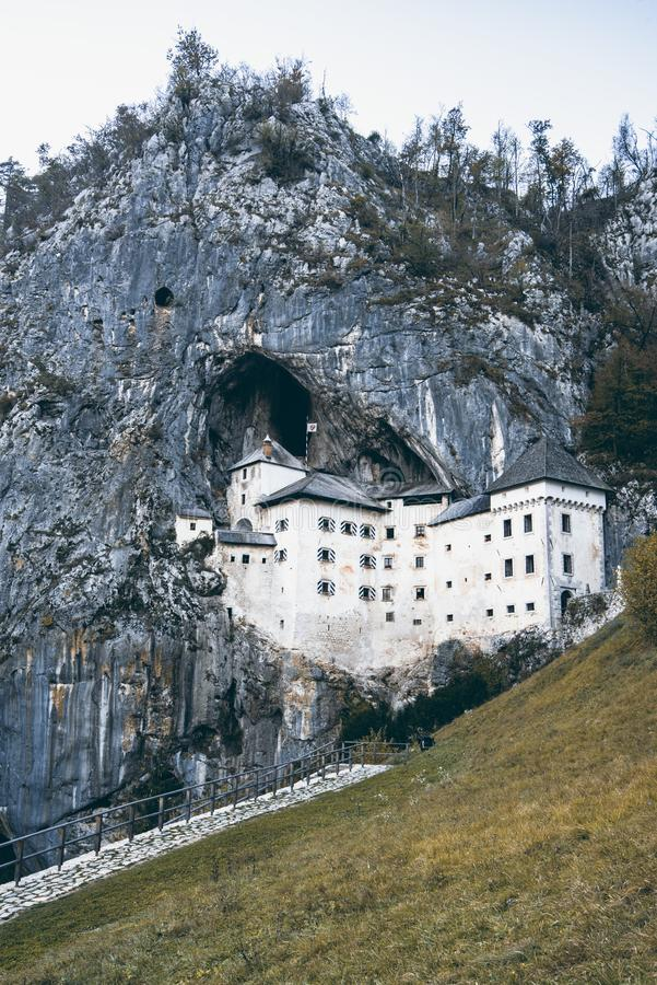 Известный замок в горе, строение внутри утеса, Словения Predjama стоковое фото rf