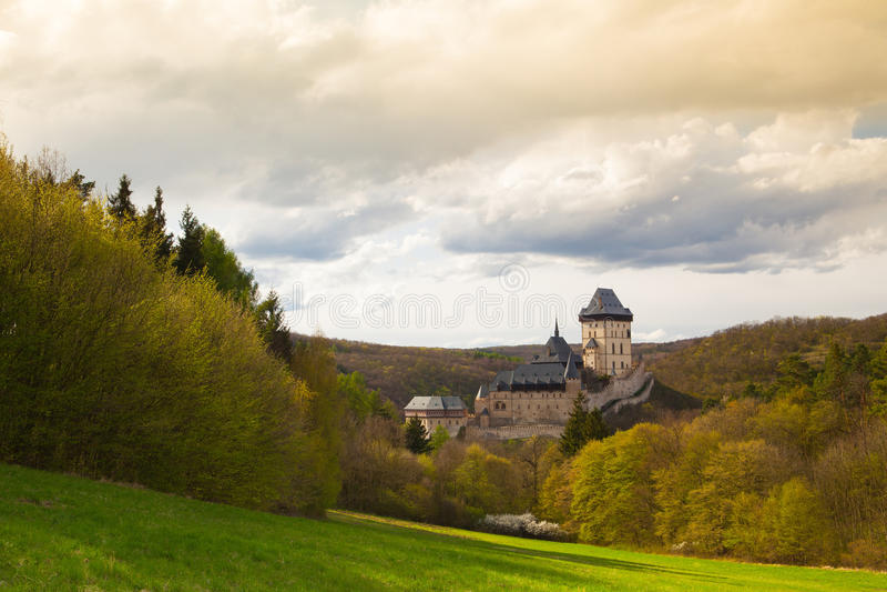 Известный замок Karlstejn в лесе осени, чехии стоковые фотографии rf