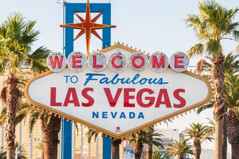 Известный знак Лас-Вегас на яркий солнечный день стоковые изображения