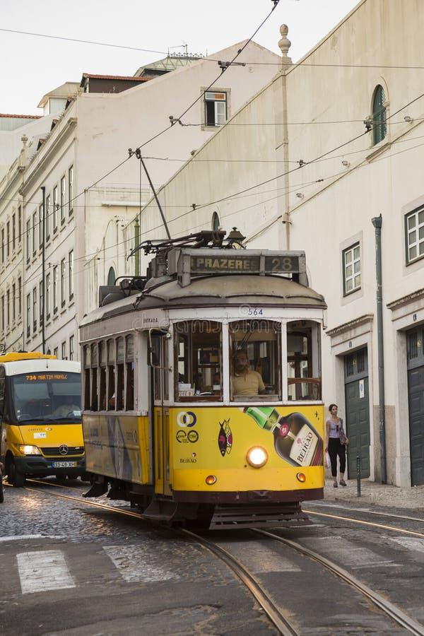 Известный исторический электрический автомобиль 28 трамвайной линии в Лиссабоне стоковая фотография