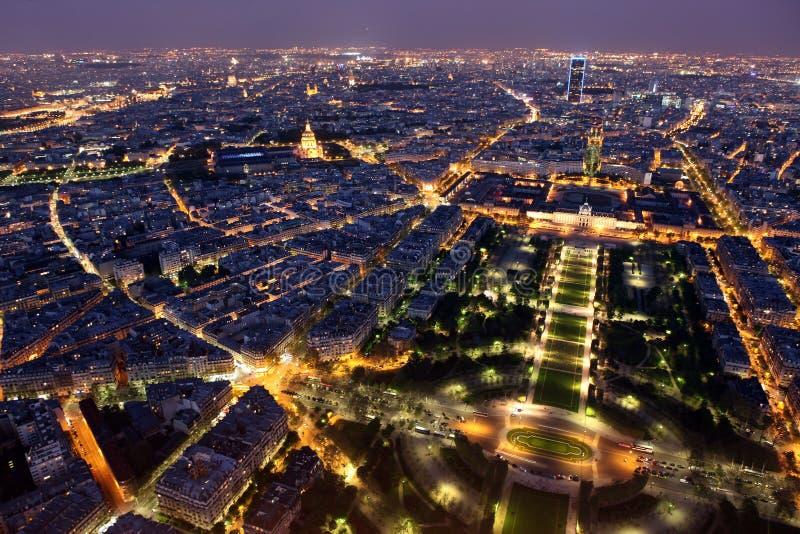 Известный и красивый взгляд ночи к Парижу от Эйфелева башни стоковое фото rf