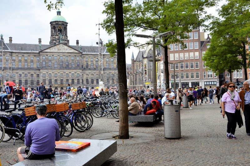Известный квадрат запруды в Амстердаме стоковая фотография