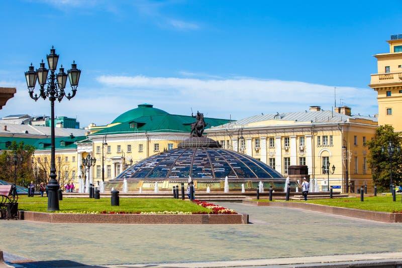 Известный квадрат Москвы Manezh Городской пейзаж квадрата Manezhnaya в центре города Москвы, России стоковое изображение