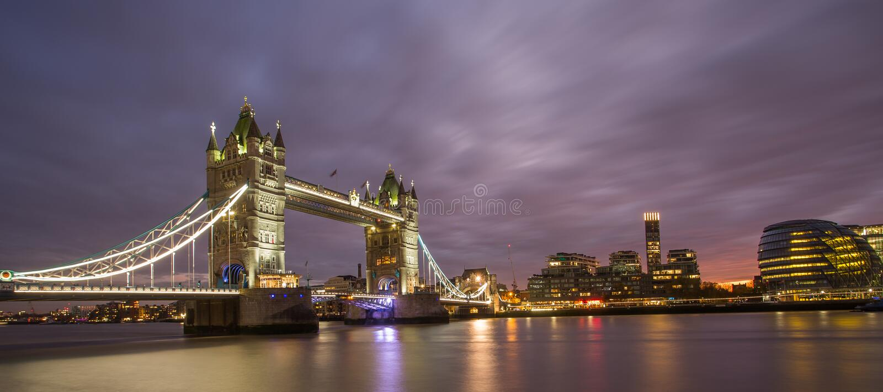 Известный мост башни, Лондон на ноче стоковое изображение