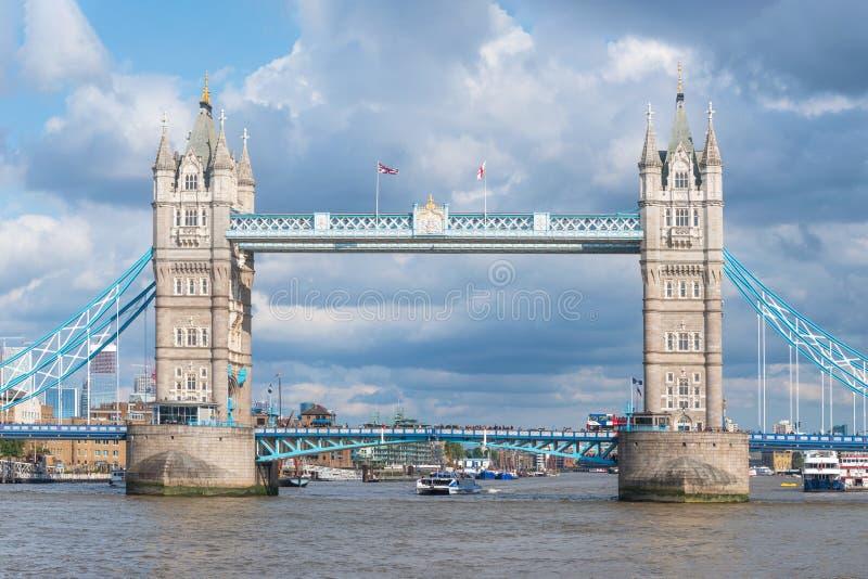 Известный мост башни ориентира в Лондоне, Великобритании стоковое изображение